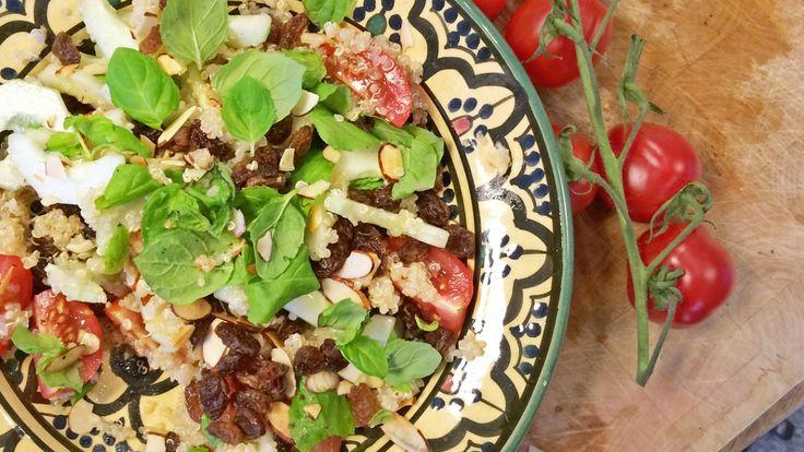 Jørn Hoels oppskrift på salat med quinoa, agurk, mandler, tomat, mynte, rosiner, vårløk og limejuice.