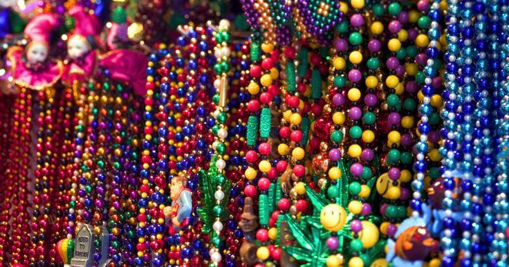 Como fazer uma máscara veneziana de renda preta. As máscaras venezianas podem ser feitas em casa por uma fração do preço que custam nas lojas. Normalmente, máscaras de renda preta são difíceis de encontrar, contudo, é possível juntar alguns materiais, incluindo renda preta da loja de artesanato, e fazer uma em apenas alguns dias.