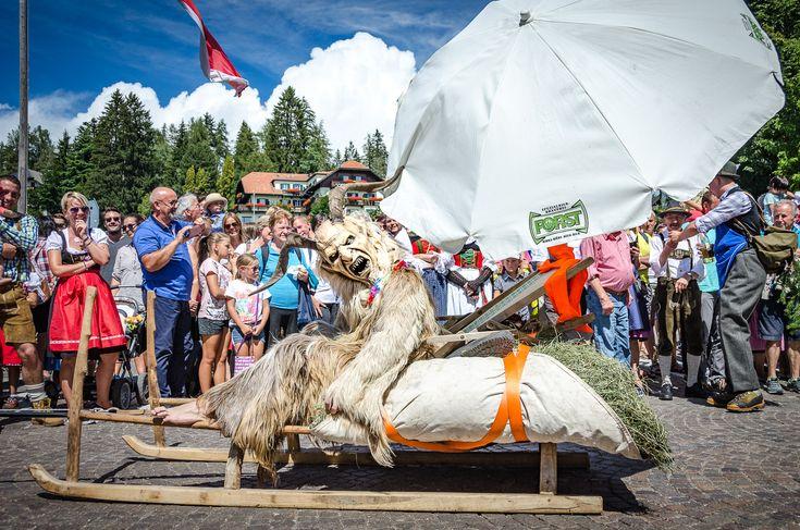 Zu Maria Himmelfahrt findet in Oberbozen alljährlich ein Trachtenumzug statt. Wir nutzen die Gelegenheit vom Wolfsgrubener See nach Oberbozen zu spazieren.