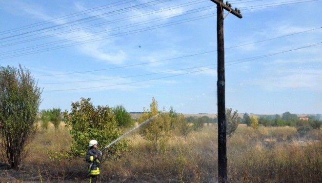 Incendiu pe strada Timisoarei. Mai multi stalpi de lemn, aflati langa calea ferata, au luat foc!