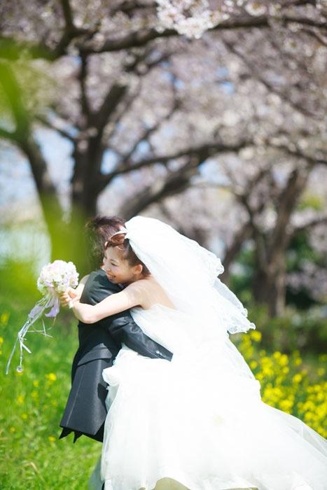 春の季節に花畑で結婚フォト2012.04.12 寄り添ってもらいました。大阪府大阪市のとあるロケ地で洋装ロケーションウェディング。花畑/大阪府大阪市の【洋装】ウェディングフォト   結婚写真、フォトウェディングのロケーション撮影ならLOCAKON【ロケ婚】