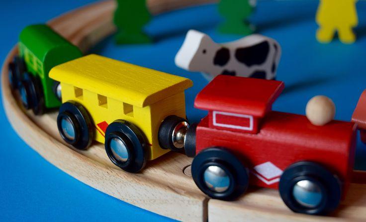 În magazinul nostru online găsiți seturi de trenulețe din lemn formate din 22-130 de piese.Colecțiile de trenulețe din lemn sunt compatibile, copilul poate combina elementele mai multor seturi, variațiile nu cunosc limite decăt fantezia copilului.  http://jucariionline.eu/categorie-produs/vehicule/colectie-de-trenulete/
