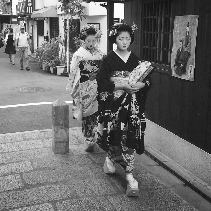 В переулках Гиона #улицы #город #Киото #Япония #этоЯпония #Гион #японки #девушки #гейши #гейша #майко #японскийстиль #прогулка #прогулкипоКиото #кимоно #стиль