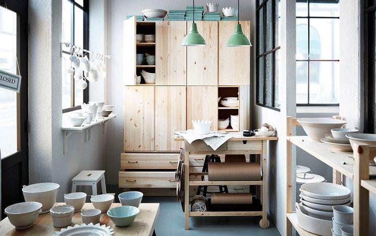 Boutique de vaisselle avec éléments muraux, commode et desserte en bois massif