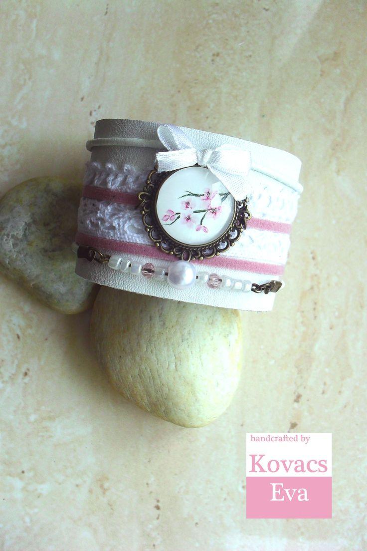 Fehér bőr karkötő kézzel festett medállal,csipkével,masnival és gyöngyökkel. White leather bracelet with hand painted pendant,lace,bow and beads.