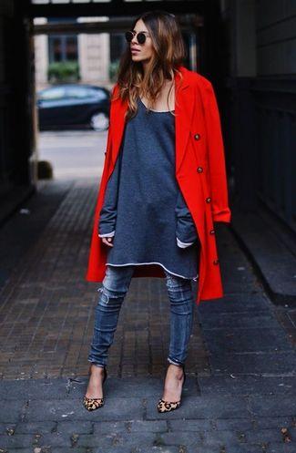 Tenue: Manteau rouge, Robe décontractée , Jean skinny déchiré bleu, Escarpins en daim imprimés léopard