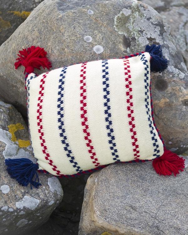 Stickat braskudde #knittingroom #garn #inspiration #kudde