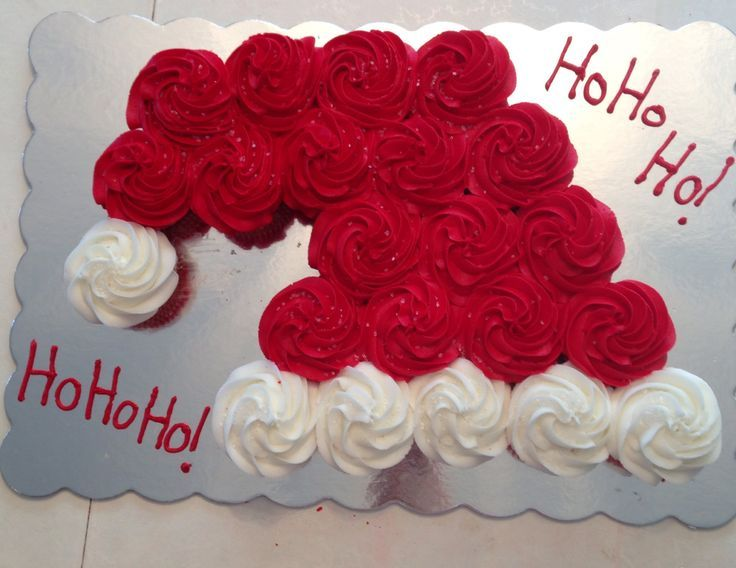 Chapeau du Père Noël avec des gâteaux cupcakes. Ils ont assemblé des cupcakes et en ont fait de magnifiques gâteaux pour Noël