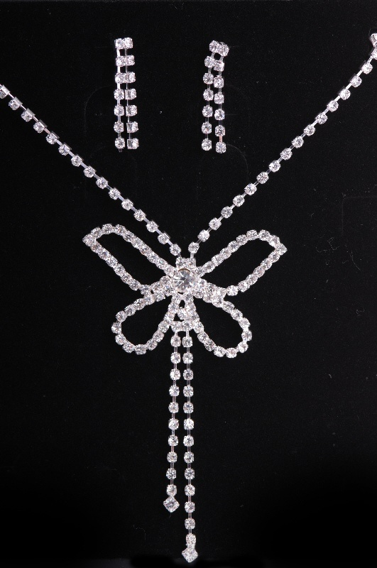 Wedding jewelry This would be great to combine both jewels pearls