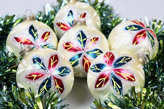 Vintage Weihnachts Kugeln, Christbaumschmuck, Christmas Tree Ornaments, Matt Weiß Silber Blau Rot, Germany 60er Jahre  6 bezaubernde Weihnachtskugeln aus Glas. Die Kugeln sind mattweiß und auf einer Seite mit einer blau-roten Eisblume verziert. Sie sind alle intakt und eine perfekte Weihnachtsdeko für den Baum oder die Adventszweige.  Ohne Deko  Maße: Durchmesser: 9 cm | 3.54 inch Gewicht: ca 130 gr  Der Versand erfolgt aus Deutschland! Kombiversand möglich. Die Ware wird immer sicher für…