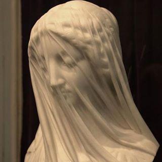 La virgen con velo es una escultura realizada en mármol de Carrara y fue tallada en Roma por el escultor italiano Giovanni Strazza.