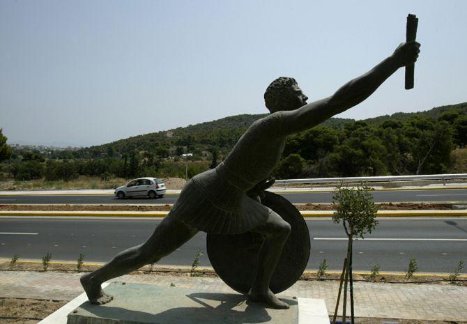 """La maratona, la gara di corsa sulla distanza di 42,195 km, si chiama così perché rievoca un evento epico dell'antica Grecia: la leggenda vuole che nel 490 a.C. Milziade, a capo degli eserciti di Atene, incaricò Fidippide di recare la notizia della vittoria sui persiani da Maratona ad Atene. Fidippide percorse circa 40 km di corsa senza mai fermarsi. Giunto a destinazione riuscì a gridare """"Nenikékamen"""" (""""abbiamo vinto""""), subito dopo crollò al suolo morto."""