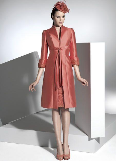 Conjunto de dos piezas formado por vestido de fiesta y abrigo.