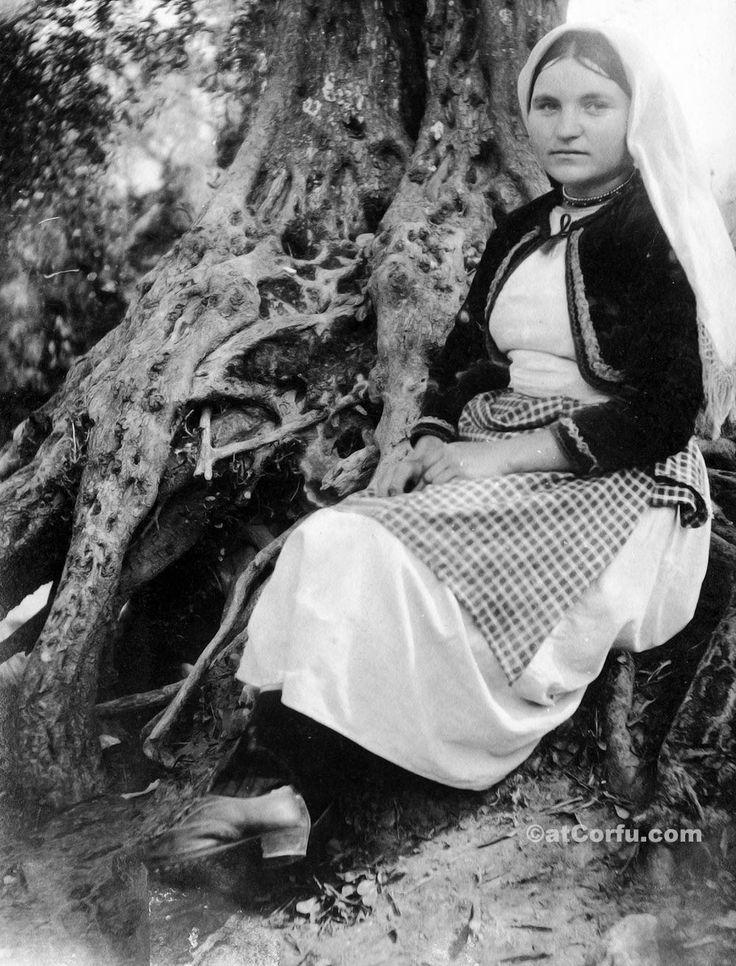 Corfu old photos-working woman in the land 1930