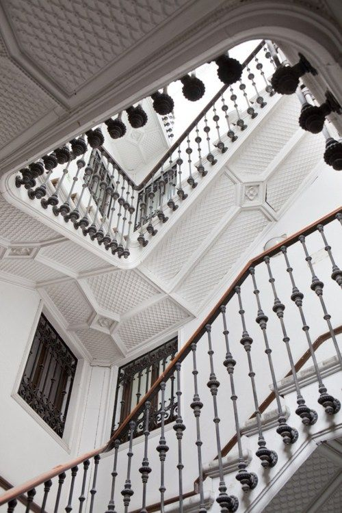 extended iron baluster: Railings, Homes Interiors Design, Dream, Ceilings Details, Black And White, Black White, Architecture, Stairs Cases, Stairways