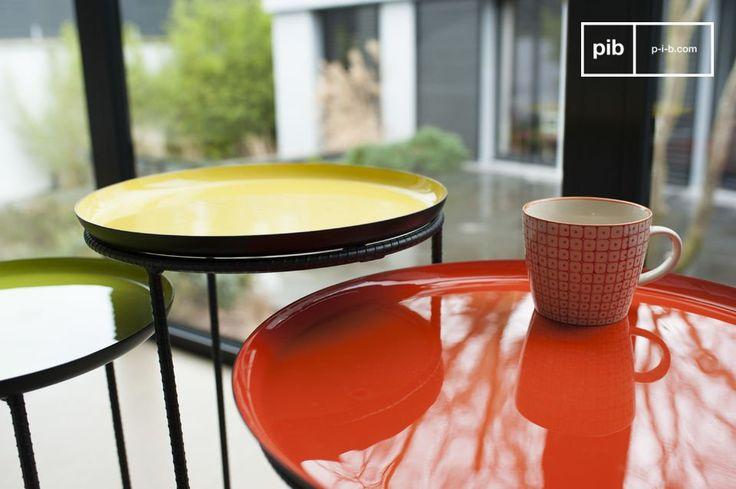 Questo tavolino tricolore Kirk ad incastro attrarrà l'attenzione all'istante grazie alla sua elegante struttura e i tre diversi colori vernice dei piani.