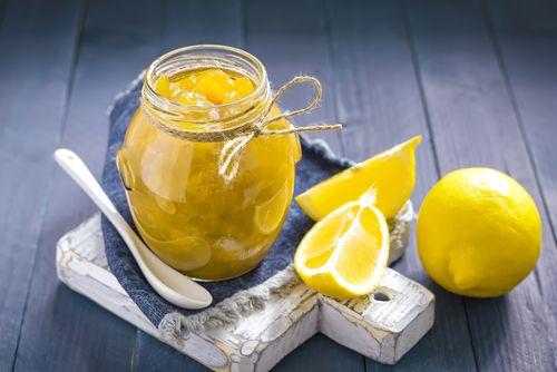 Celé citrony vložíme do většího hrnce a zalijeme vodou tak, aby byly zcela potopené. Hrnec uložíme na tři dny do chladna a dvakrát denně v něm měníme vodu. Čtvrtý den vodu slijeme a citrony necháme okapat. Citrony (i skůrou) pokrájíme na kousky, přičemž jadýrka odstraníme. Zalijeme dvěma a půl litry vody a dáme na ještě jeden den do chladu. Již neslíváme a dáme dusit na zhruba 40 minut s pokličkou a asi hodinu bez pokličky, přičemž občas zamícháme. Když je kůra z citronů měkká, vsypeme…