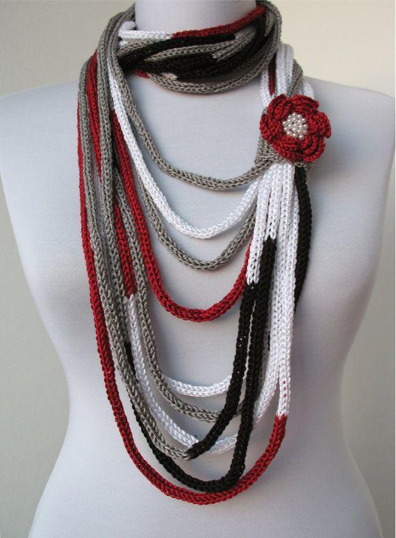 Scarflette Halskette - Loop-Schal stricken-Infinity-Schal - mit gehäkelten Blumen Brosche in rot, grau, schwarz, weiß