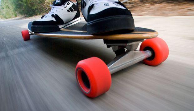 http://www.descontosideiasinovadoras.com/desportos-radicais/como-andar-de-skate/ - Como andar de skate - Desde que surgiu na Califórnia, na década de 60, o skate tem conquistado fãs de todas as idades e por todo o mundo. A prancha apresenta um design inovador e divertido que por si só chama a atenção e aguça a curiosidade. O objetivo é simples: o utilizador tem de a mover para deslizar suavemente por entre obstáculos e executar manobras arriscadas.