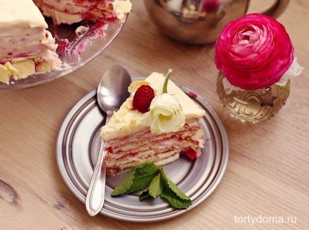 ТОРТ НАПОЛЕОН С МАЛИНОЙ  Сегодня мне захотелось поделиться своей версией рецепта малинового Наполеона, но от классического торта с заварным кремом он далек, скорее, это какая-то помесь с Милфеем. Надеюсь, вам понравится такой вариант знаменитого торта, даже если вы не его фанат.  Ингредиенты: - Тесто: мука — 400 г сметана — 200 г сливочное масло — 200 г соль — 0,5 ч.л - Крем: маскарпоне — 350 г цельное сгущенное молоко — 250 г сливки 33% — 35% — 350 г ваниль по вкусу - Пропитка: малина — 200…