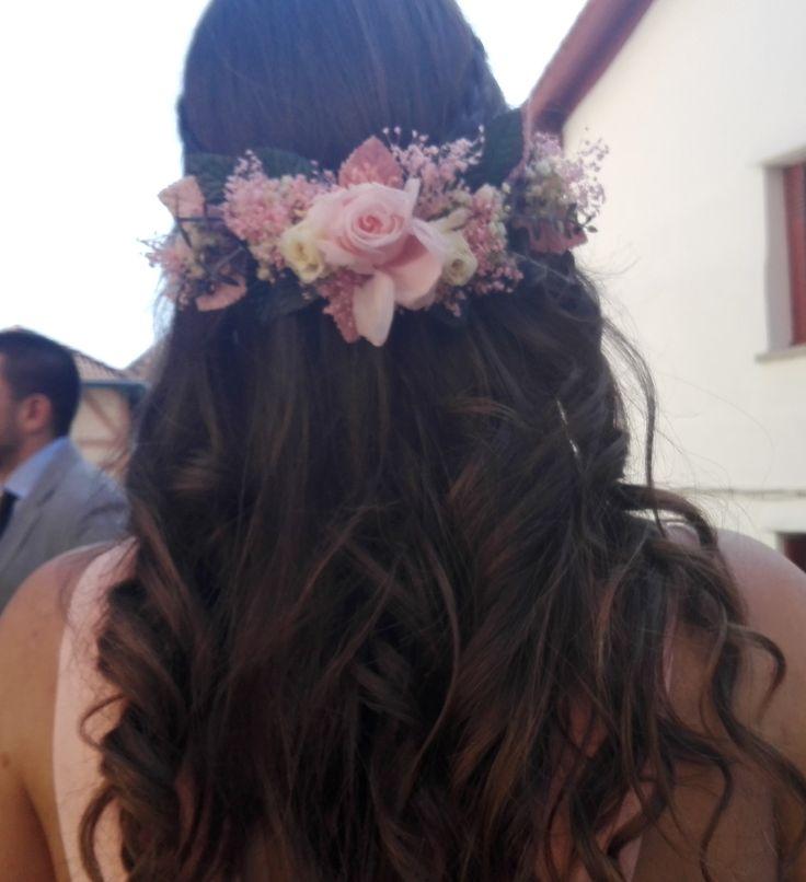 Los tocados también pueden ser de rosas preservadas, como éste que diseñamos con paniculata y hojas de terciopelo.