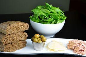 Zdravý, jemný ľanový chlieb bez múky a lepku, ktorý máte hotový do 30 minút. Ingrediencie (na 2 porcie): 1 hrnček mletých ľanových semienok (ľanovej múky) 3 vajcia 1 PL kypriaceho prášku 1/4 hrnčeka vody 3 PL olivového oleja 1 ČL morskej soli 1/2 ČL oregána Na prílohu: 50g olív 75g tuniaka Calvo vo vlastnej šťave […]Podeľte sa o tento super recept so známymi