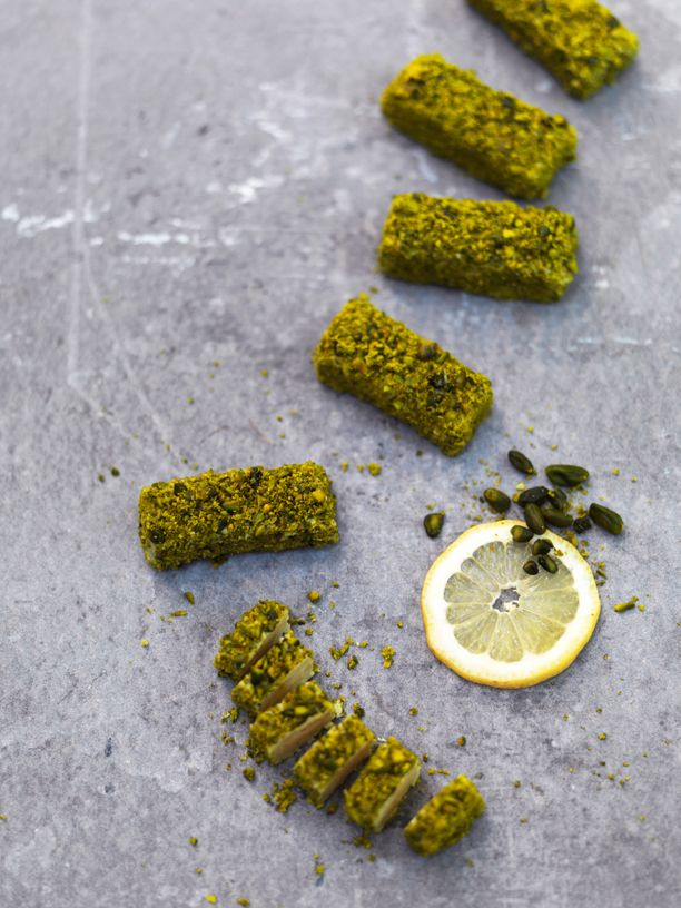 Prøv vores opskrift på magiske marcipanbrød. Denne variant er med citrus og pistacie.
