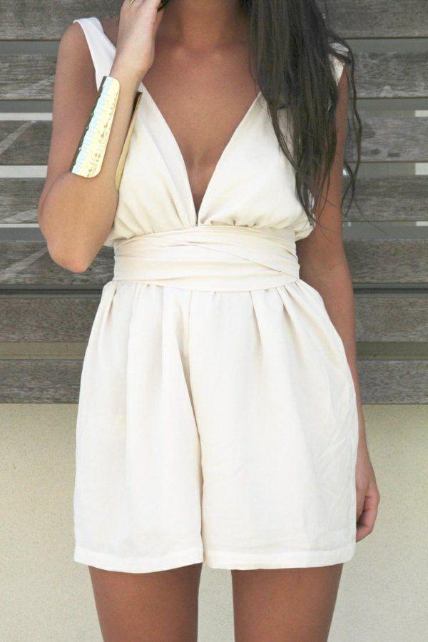 un élégant combinaison court blanc, femme brunette, bracelet en or