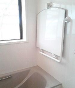 築23年、2年前に洗面所とお風呂をリフォームしました。その際に 以前のお風呂の悩みのタネ(フタやイス&洗面器)ヌルヌルから汚れが始まるので…ズボラな私は 少しでも ラクをしたいだったら 壁や床から浮かせたらいいのでは?と&he