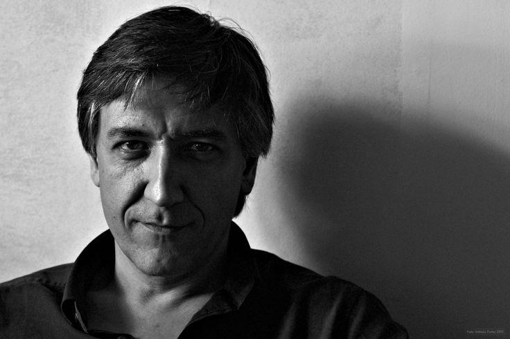 """""""Javier Zabala es ilustrador y escritor. Además imparte cursos de ilustración en universidades, bibliotecas y escuelas de arte en diversos países. Abandonó las carreras de Veterinaria y Derecho para hacer lo que le gusta más: dibujar."""""""