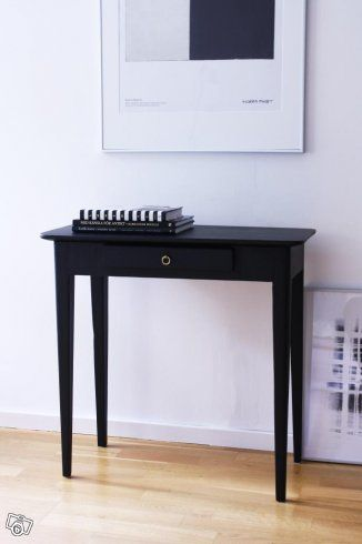 Mycket gammalt bord med liten låda och ringbeslag i mässing. Bordet är målat i matt svart. Bordet är i fint skick och renoverat med varsam hand. Märken av tidens tand kan förekomma, inget man kan renovera bort utan att möbeln tappar sin charm och d...