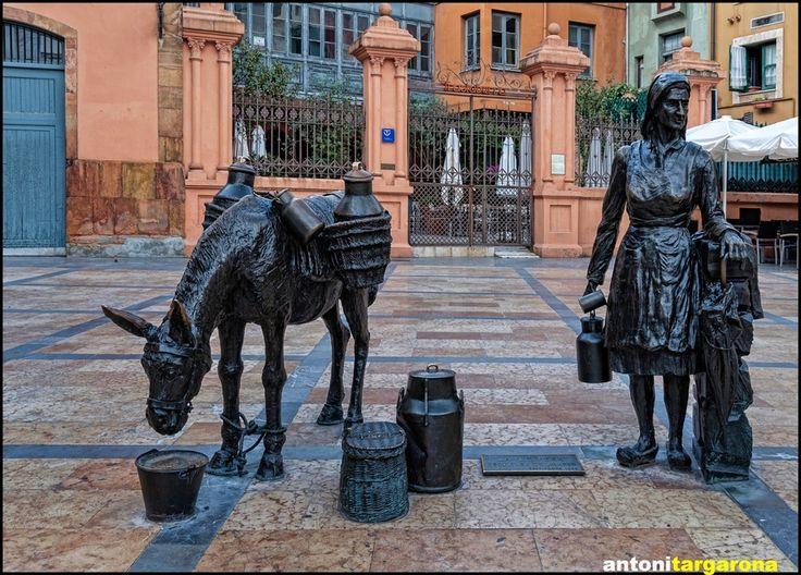 """La Lechera"" estatua en Oviedo, Asturias"