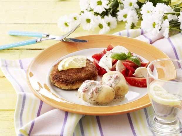 Bøffer af laksefilet og sejfilet krydret med persille og hvidløg. Hertil en kold sauce af cremefraiche, rød peber og dild.