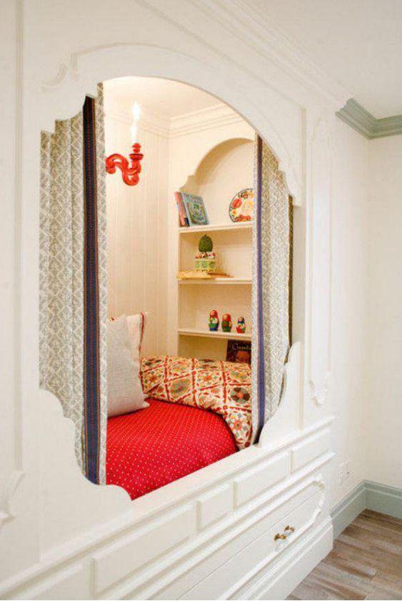 Gemütliches Bett in einer Nische mit einer ausziehbaren Schublade zur Aufbewahrung [563 × 841]
