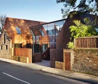 Neuveriteľná premena starej londýnskej stajne na luxusný moderný rodinný dom si právom vyslúžila Národnú cenu RIBA.