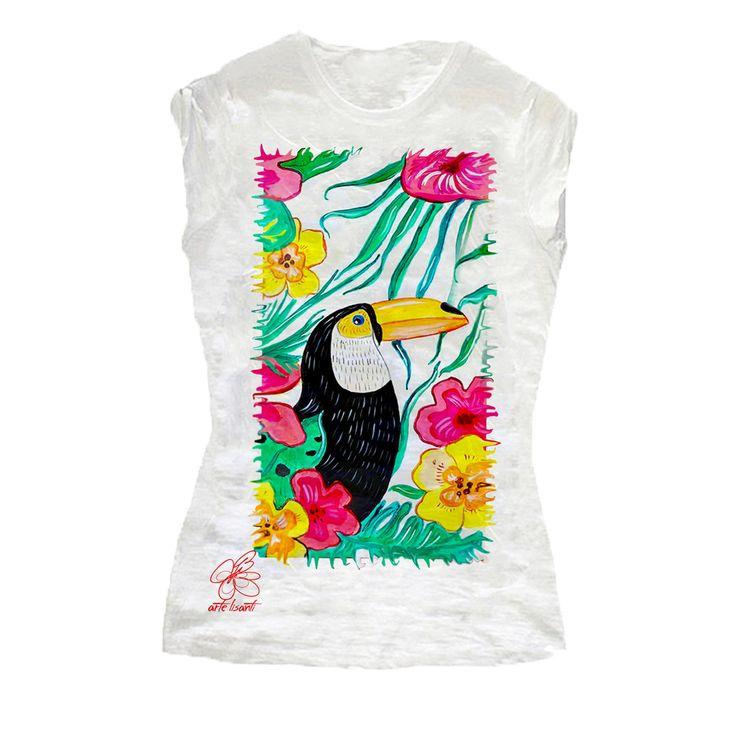 T-shirt in cotone dipinta a mano con un meraviglioso Tucano dalle piume colorate. Scoprila su http://www.artelisanti.it/ #artelisanti #madeinitaly #maglietta #dipintoamano #tucano #t-shirt