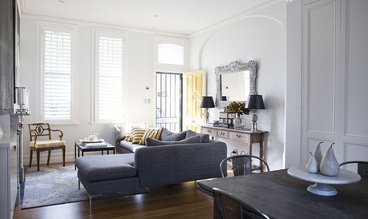 Carte da parati iper decorative per creare scenografie diverse in ogni stanza e abbinamenti in giallo e grigio per un tocco moderno ed elegante.