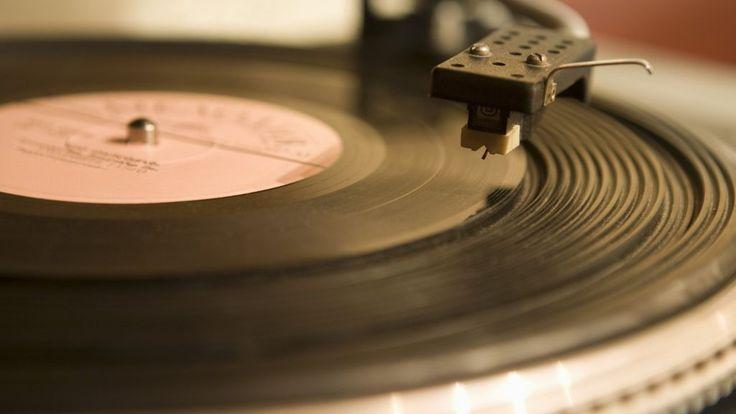Vinyl record sales hit 18-year high - BBC News
