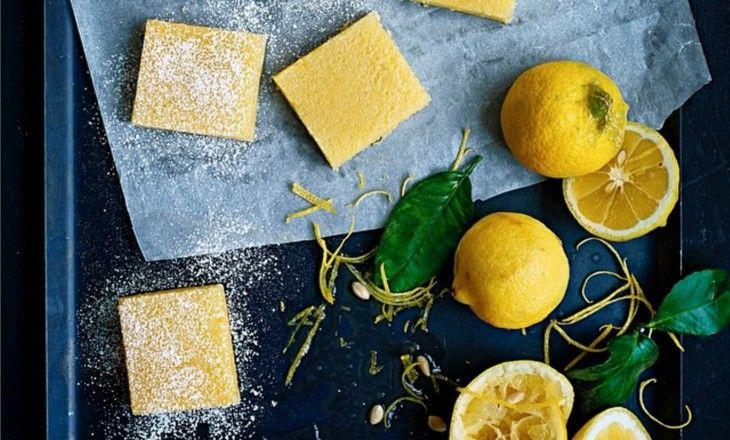 Härligtsötsyrliga citronrutor som man inte kan få nog av. Dessa ska serveras kalla, pudrade med florsocker.