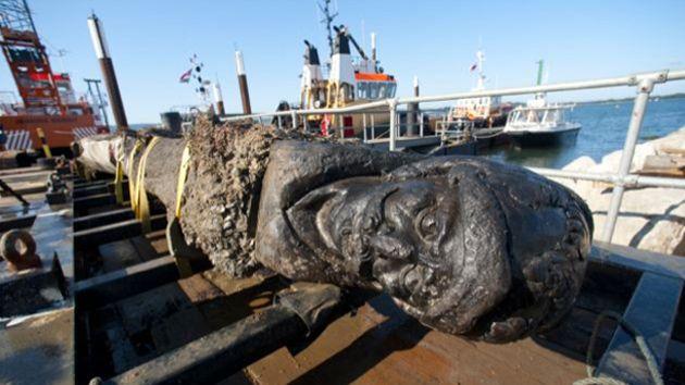 la obra de madera fue tallada en el timón de ocho metros de largo y 3,5 toneladas de peso del barco holandés llamado Wreck Canal Swash, que naufragó en las aguas inglesas entre los años 1630 y 1645.