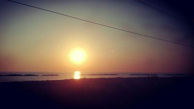 All'alba quando spunta il soleeeee #buongiornocosì #Ortona #abruzzo #Sangritana #dalfinestrino #treno, #sunrise #train