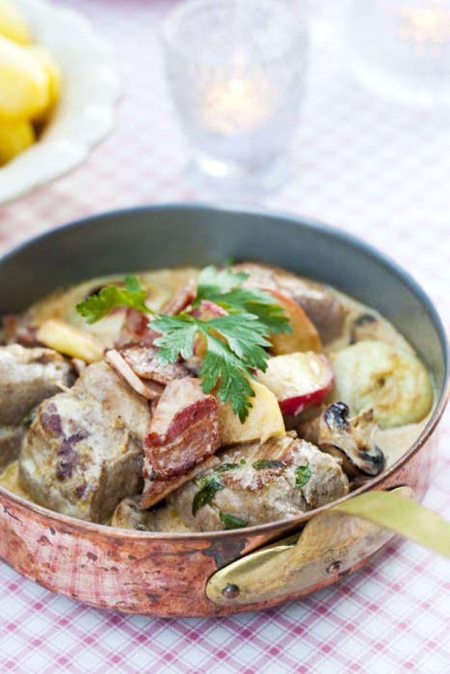 Fläskfilé, cider, rimmat fläsk, äpple och grädde får här koka ihop till en krämig och mustig gryta. Servera gärna kokt potatis och en sallad till.