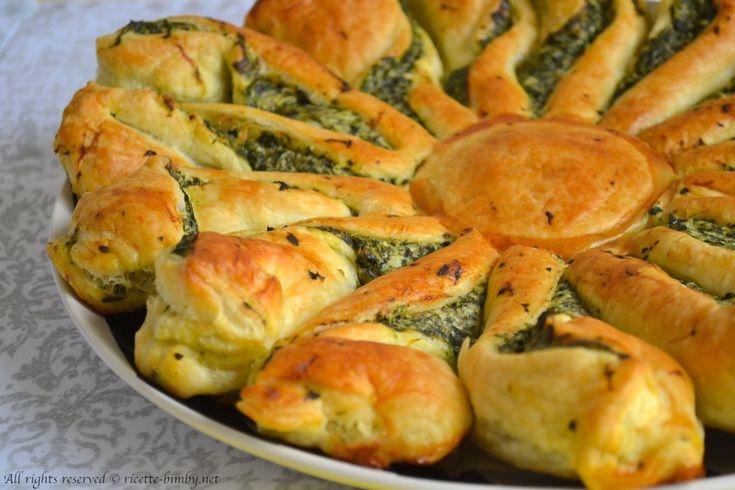 idee per #pasquetta. La torta fiore con #spinaci e #ricotta è una golosa torta salata dalla forma particolare, perfetta per un #buffet o #picnic.
