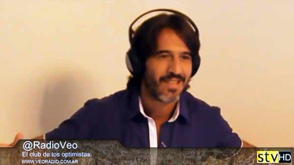 Francisco Pesqueira cantaba en vivo en El club de los optimistas.