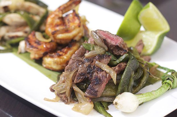 Soğan ve yeşil biberli şerit biftek