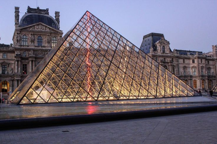 #paris #france #museum #musée #louvre #pyramide #verre #glass #fountain #water #architecture #lights #red #photography