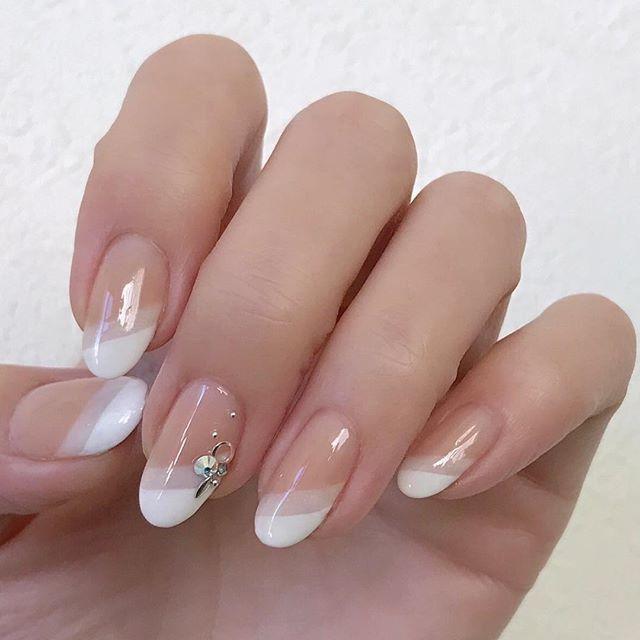 自分の爪の長さは生まれつきのものですので、長さを変えることは難しいですよね。そして、短い爪の方の場合、ネイルアレンジがワンパターン化しがちではないでしょうか?今回は、短い爪の方にとって少し爪が長く見えるトリックをご紹介させていただきます。