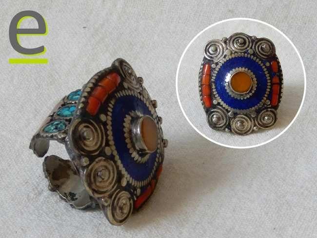 Anello nepalese in alpacca caratterizzato dalla lavorazione con sei spire, tre per ogni lato. Decorato con agata gialla, corallo e pasta di corallo rosso, frammenti di turchese, pasta di lapislazzuli. http://easy-online.it/it/shop/anelli-nepalesi/anello-in-alpacca/