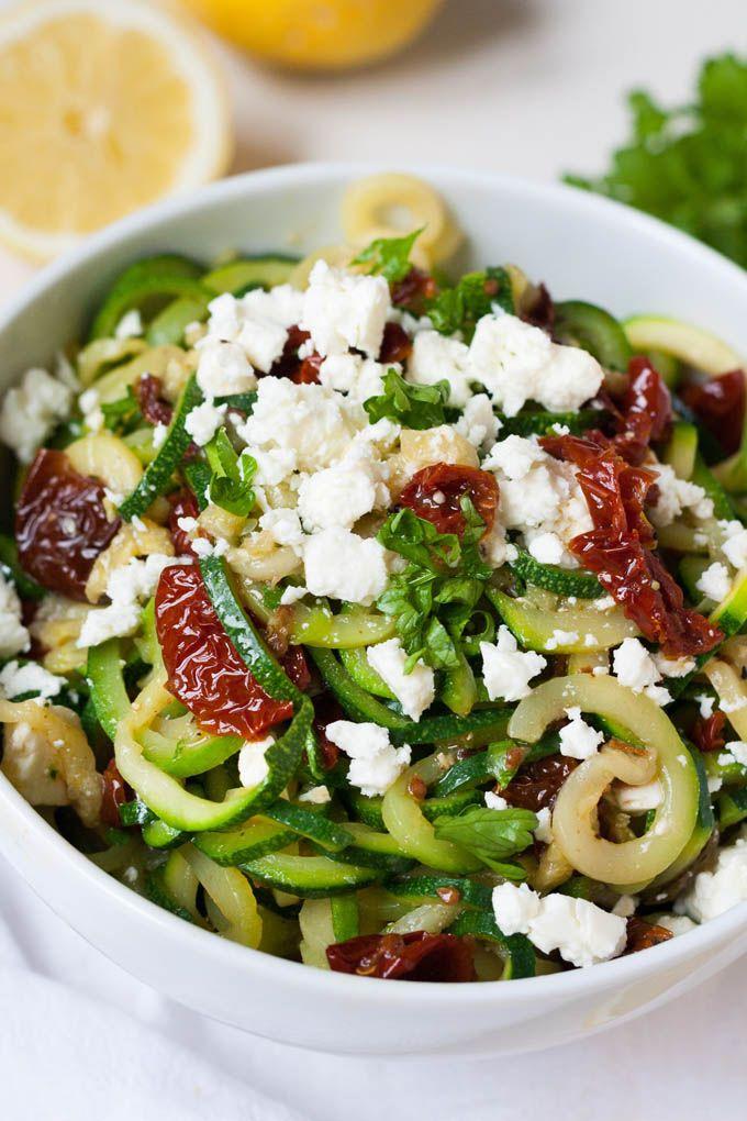 Zucchini-Spaghetti mit getrockneten Tomaten und Feta. Dieses 10-Minuten Rezept ist Low Carb, schnell und einfach - kochkarussell.com
