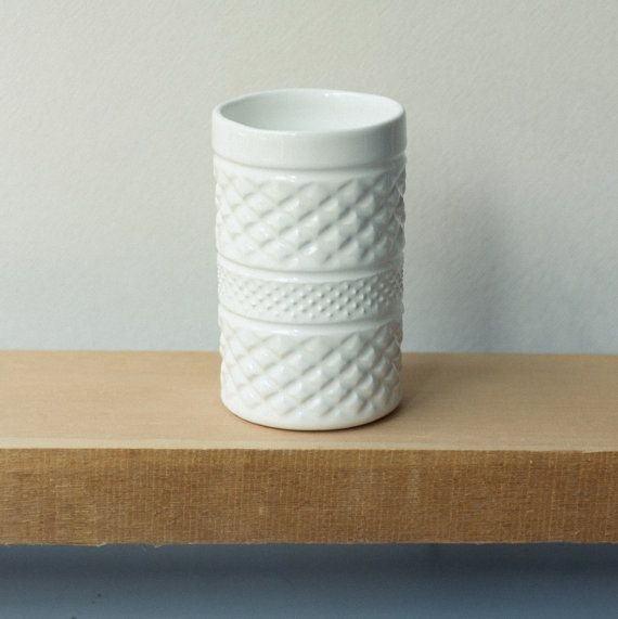 Pure and simple with a slight glossy finish. This ceramic vase is handmade and polished one by one. Can be filled with water and used for showing your favorite flowers. Made with love from us to you. Handcrafted one by one in Stgo · Chile Handle with care and wash by hand.  8øx13cm